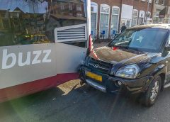 Automobilist rijdt achter op lijnbus op Damsterdiep