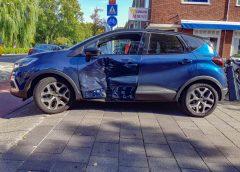 Auto zwaar beschadigd na aanrijding met motor